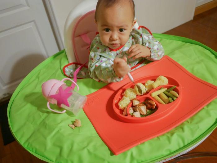 育兒│拒絕當「跪婦」 讓寶寶學習自主吃飯的防髒神器-Tidy TOT圍兜+防髒托盤二合一套組
